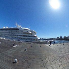 横浜大さん橋に停泊する豪華客船飛鳥II