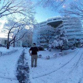 お仕事前の一仕事。 流石、雪国の漢は慣れてますな #theta360
