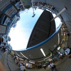 JR逗子駅です。 ここから歩いて2~3分の所にドイツ式カイロプラクティック逗子整体院がありまーす。 SINCE 1994  ドイツ式カイロプラクティック逗子整体院 www.zushi-seitai.com  #theta360