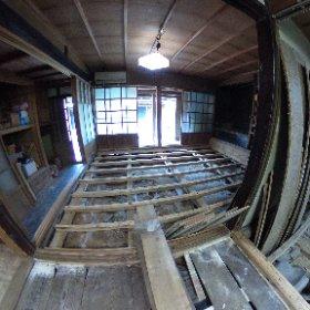 今日は床板を外して、土台をチェック。シロアリの害はなさそうでした。オモテの土台は新しく作った感じですね。それにしても床下はすぐ岩盤のようです。