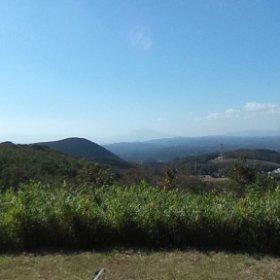 霧島、関平温泉近く柳ヶ原散策路展望台から見た風景です。中心部遠くに桜島が写っています。後方には新燃岳山頂付近がうかがえますが、はっきりとした噴煙等は見えません。