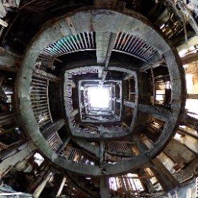 【軍艦島30号棟】 大正5年に建造された30号棟。日本最古の鉄筋コンクリート造アパート。今年で100歳を迎える。 老朽化がひどく保存は不可能な建物である。  長崎市に特別な許可をもらって上陸している。 #theta360