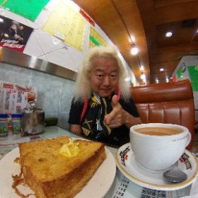 朝の散歩のついでに意地になって1時間かけて探し当てた香港式フレンチトースト!! 揚げた食パンにバター塗って黒蜜かけて食べる・・・あんまっ!!(>_<) 香港式ミルクティーも激甘です(笑)