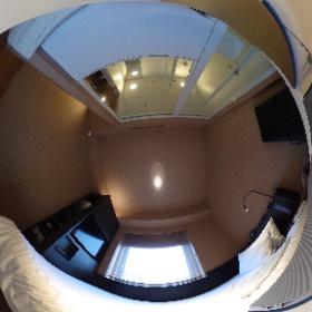 シンプルでかっこいい部屋! ベットにコンセントちゃんとあるし、椅子はマッサージチェアだし、気に入りました(^ ^)