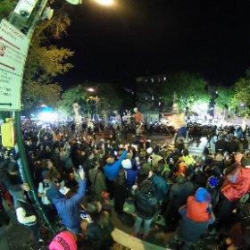 Halloween Parade en New York en 360 grados  #NYATB Mucha gente por la Sexta Av.