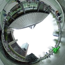 JR大阪駅:池の巨大なミドリの熊さん #sakura3d