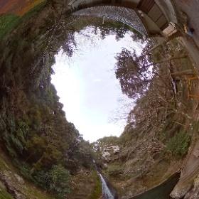 徳島県阿南市にある「午尾(ごお)の滝」。那賀川の上流、加茂谷にかかる落差30mほどの滝。水の流れが馬の尾の様に優美で美しいことから午(うま)の尾=午尾の滝と呼ばれる様になったそう。 2020/2/7 #theta360