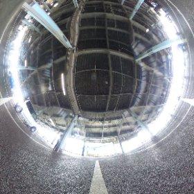 THETA S のハードカバーを使って劣化検証、天頂を囲むように丸く歪んでるのわかりますか?これが超気になります。強い光もめちゃ写り込んでる。 #theta360