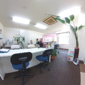 おおたか不動産の事務所内のパノラマ写真です。