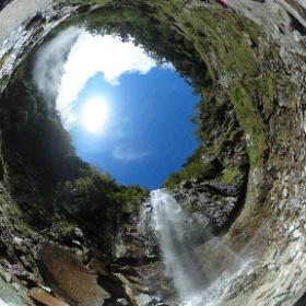 2018年9月23日、鳳凰三山登山した際立ち寄った五色滝。スケール感ある滝ですが、水しぶきを浴びるほど近づけるのもいいね。 #theta360