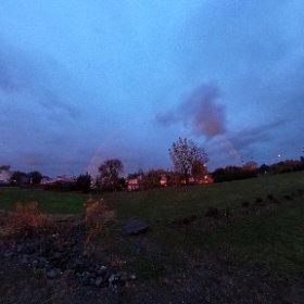 Arc-en-ciel rougeâtre dû au Soleil très bas à l'horizon. 26 octobre 2017 à Varennes