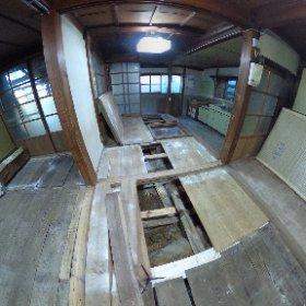 黒い家の畳を上げて、下地板と根太などをチェックしました。一部、大引が外れて根太が効いてないところがあり、下地板が数枚割れていたくらいでした。ただ、白カビがひどいので、板を全部外して洗おうと思います。