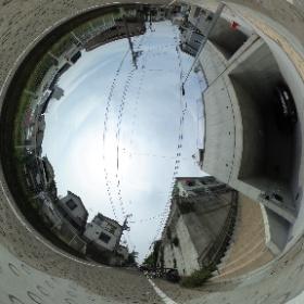 大田区東雪谷の高台の邸宅街の一角に聳え立つレジデンスの外観がこれです ビルトインガレージはご覧のように奥行も深く、大型のハイルーフ車輌も並列2台パーキング可能です
