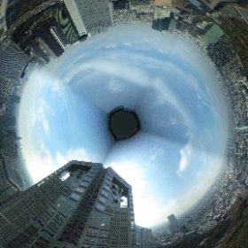 ついでにもう一個、ニコイチどころかゴコイチくらいの都庁から撮った写真。PCだと嘘くさい合成写真だけど、gearVRとかだと見る場所によっては一瞬足がすくみます、いやホント一瞬だけですが。 #theta360