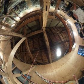 下北沢にある立ち呑み焼き鳥屋「てっちゃん」吹き抜け2階の客席とワインセラー