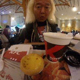 口直しにケンタでエッグタルトと豆乳!!このエッグタルト、中国のケンタのみで実験的に発売されて好評らしいがもう日本でもやってるのか?・・・ 普段甘いものは食わない私だが、これはたまに食べたくなる絶品!!
