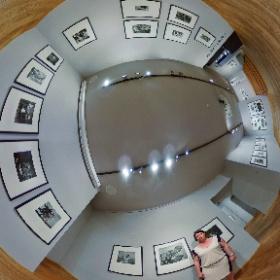 """V galerii Leica byla zahájena výstava """"Pocta mistrům fotografie – Jürgen Schadeberg"""". Tento  projekt byl sestaven při příležitosti uvedení fotografa Jürgena Schadeberga do síně slávy firmy Leica. Na snímku Míla Dubská, ředitelka galerie,  foto: Petr Šálek"""