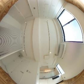 ヘリンボーンの床と、ホワイトと基調とした清涼感あるリビングルーム。