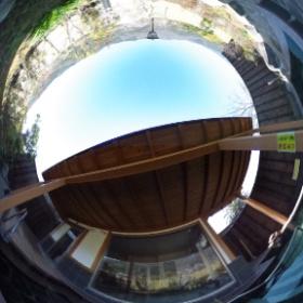「満天の湯」の外湯は水深110cmの立ち湯になっております。