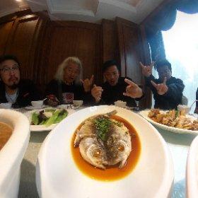ライブ前の昼メシ〜 今日は誰かの奢りではなくバンドの自腹なのにご馳走〜!! それにしてもいつも思うのだがどうして中国では白米を盛る碗とスープを盛る碗が二つない? 必ず白飯を食い終わってからスープを飲む? これは高級レストランでもそうなのでなお不思議である・・・