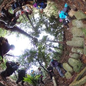 旧鶴林寺跡、石造遺品の説明を聞く参加者 #theta360