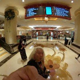 Wing & Paulさんが取ってくれたホテルが高級すぎる件について・・・(笑) カジノもあってそこで買った人たちだけが泊まるような・・・ 周りも全部こんな高級ホテルとカジノ(>_<) 全く庶民の暮らしとかけ離れているのでサウンドチェックまで庶民の下町へ探索に行きます〜