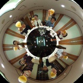 芸大88年入学の同期で新橋に集まって乾杯! 新橋で回るテーブルを囲んでシータ( ^ω^ ) #theta360