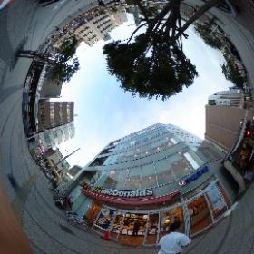 逗子駅前のマクドナルドです。 たまに食べたくなるマックポテト。私の小さな誘惑です。 たまにね。。。 ドイツ式カイロプラクティック逗子整体院です。 www.zushi-seitai.com   #theta360