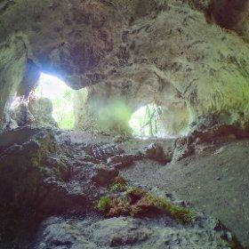 Rundumblick in der oberen Klausenhöhle bei Essing. Hier wurde von 1860 bis 1914 die Grottenschänke betrieben