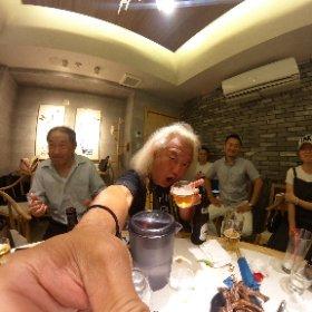 そして新宿で中国人と飲み!!LuanShuがワシらの出会った時の話をするする〜まあこれも中国ロック界の伝説!!気がつけばもう中国と出会ってから30年、人生の半分を中国と暮らしてます!!願わくば両国仲良くみんな楽しく一緒にロックをやろう!!!
