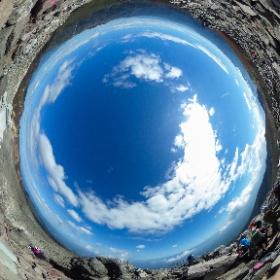 茶臼岳山頂からの全天球画像(色補正版)。ロープウェイ客も沢山いるので朝日岳よりも人が多い。 #theta360