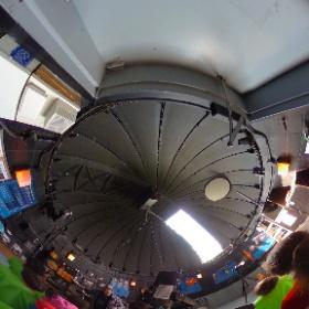 3 août 2017 - Visite des jeunes du camp de jour du Cosmodôme à l'Observatoire de Laval Observation du Soleil et d'une belle tache de la grosseur de la planète Terre.. L'animateur présente une affiche sur un thème abordé au Cosmodôme soit, la planète Mars.