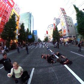 最近の秋葉原(に来る外国人)のトレンドは、歩行者天国で寝転がる事なのかな? #秋葉原 #Akihabara #theta360