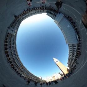 ベネチア・サンマルコ広場は広大で他とは一味違う広場です。ドゥカーレ宮殿やサン・マルコ寺院があり、回廊のある大きな建物に囲まれています。世界で最も美しい広場と言われることに納得です。 #theta360