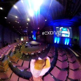 #CXDIVE チェックイン! 通常のセミナー形式会場ではなく、ステージを半円形 (弧)にして、囲むスタイル。 #theta360