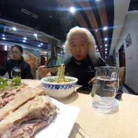 蘭州に来たら牛肉面(日本で言う蘭州ラーメン)を食わねばなりませぬ!! ついでに手掴み羊肉もね〜