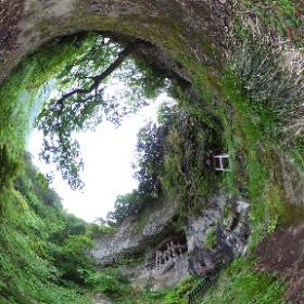 三徳山三仏寺投入堂地震後初参拝してきました! 雨上がりで少し滑りますが安全に登れました。 #わらじ がいいですね。 #鳥取 #鳥取県中部地震 #三徳山 #国宝 #日本遺産 #投入堂 #三仏寺  #theta360