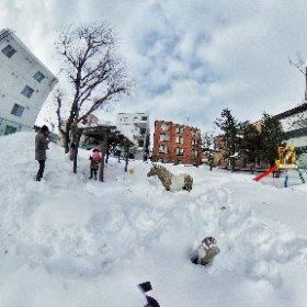 通りすがりの、雪に埋もれた公園で遊んだ #theta360