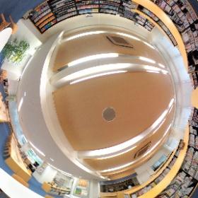中学校舎1階に位置する図書館分館です。3方向を窓に囲まれた明るく開放的な空間です。中高生とも図書館本館・分館両方の利用が可能です。