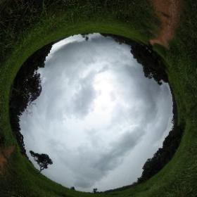 หอดูสัตว์หนองผักชี กรมอุทยานแห่งชาติ สัตว์ป่า และพันธุ์พืช   http://www.relaxzy.com  เที่ยวป่าหน้าฝน ยลเสน่ห์มรดกโลก เขาใหญ่ เดิน ป่า เขา ใหญ่ เดินป่าเขาใหญ่ ทุ่งหญ้าพัดปลิวไสวไปตามแรงลมในเส้นทางเดินป่าหนองผักชีและเบื้องหน้าที่เห็นก็คือ หอดูสัตว์หนองผักชี