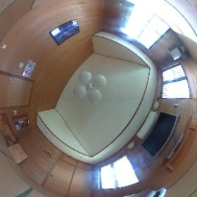 恩納村ペンション2階の広々とした寝室です♪クーラー、空気清浄機、大型テレビも完備しているので、ゆっくりとおくつろぎ下さいね♪ http://marui-pension.com/