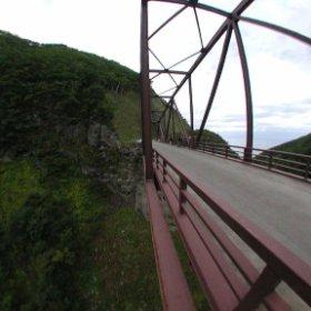 知床林道、知床大橋のパノラマVRです。 15年程前のCubicVRをTHETAサイトでご紹介。 知床大橋の外側からパノラマ撮ったので、渓谷の深さをグルグル回してお楽しみ頂けます。