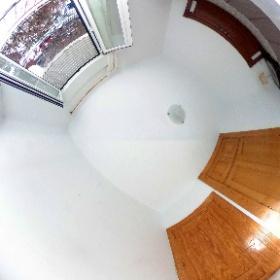 Habitación de matrimonio, con armario empotrado y balcón a la calle. Situada en la 1ª planta del edificio de Los Molinos.
