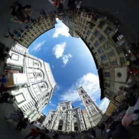 ドゥオモ広場から見るサンタ・マリア・デル・フィオーレ大聖堂とジオットの鐘楼です。この鐘楼には歩いて登ることもできます。 #theta360