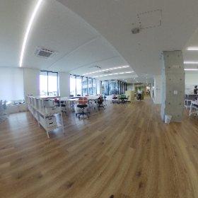 新棟2階 シェアスペシャルの360度写真になります。 精神保健福祉士、作業療法士、理学療法士、心理士などが仕事中。 フリーアドレスなデスク。 職員がまとまると、仕事がスムーズにすすみます。 #theta360