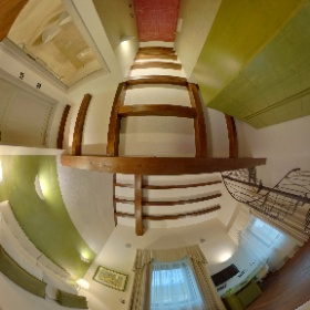 La suite, dedicata a Castiglione d'Orcia, ha una camera con letto matrimoniale o due singoli e un soppalco con area soggiorno con la possibilità di avere un letto alla francese.