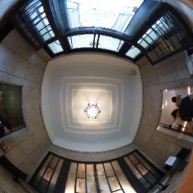 東京庭園美術館の入り口。ラリックのガラス作品が素敵でした。  ドイツ式カイロプラクティック逗子整体院 www,zushi-seitai.com  #theta360