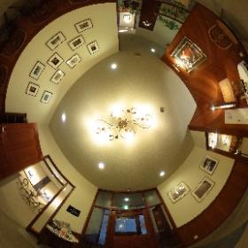 【ガレットのお店 ブレ・ノワールのエントランスホール】 長野県安曇野市穂高有明、林の中にあるフランス郷土料理・ガレット専門店です。 こちらはエントランスホールです。 【ギャラリー・レクラン】 ギャラリーも併設されており、写真や絵画、イラストなどの展示を行っています。  #安曇野 #信州 #長野 #ガレット #ギャラリー  #theta360
