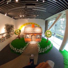 バージニア・リー・バートン の(ちいさいおうち」展 http://www.a-quad.jp/exhibition/exhibition.html に滑り込み。 たくさんの原画にみとれてしまいました。 10時開館時に入って、出る頃には大混雑。 #theta360