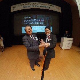RICOH THETA x IOTデベロッパーズコンテスト表彰式でRICOHの会長と。 80周年記念賞をいただきました! #theta360